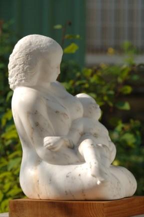 femme avec un enfant - sculpture