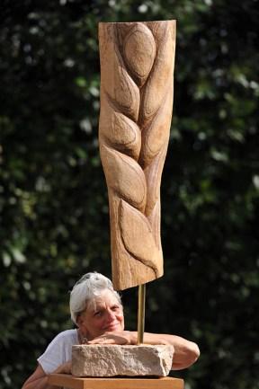 Sculpteur Dominique Rivaux avec sa sculpture Quand le blé