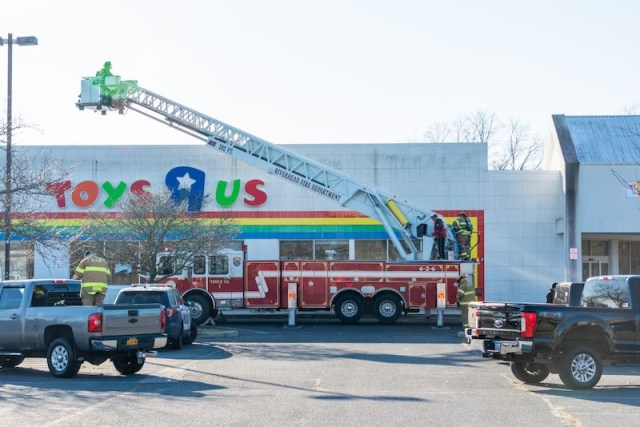 toys-r-us-fire