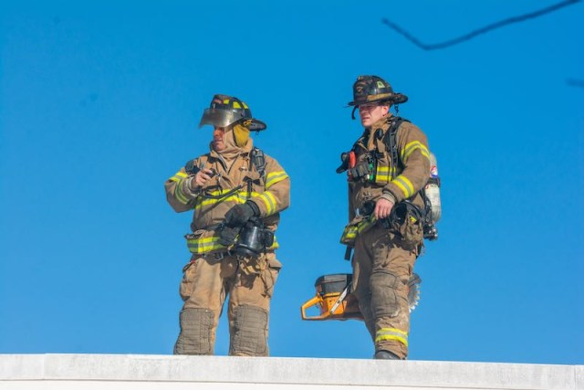toys-r-us-fire-firefighters-on-roof