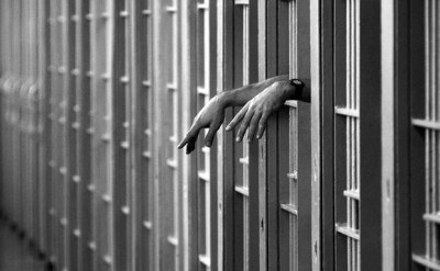 jail-cell-hands-generic_1441310310461_154930_ver1.0_640_360 (2)
