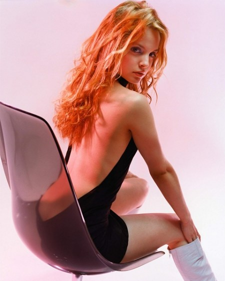 its-the-slinky-and-sexy-mena-suvari