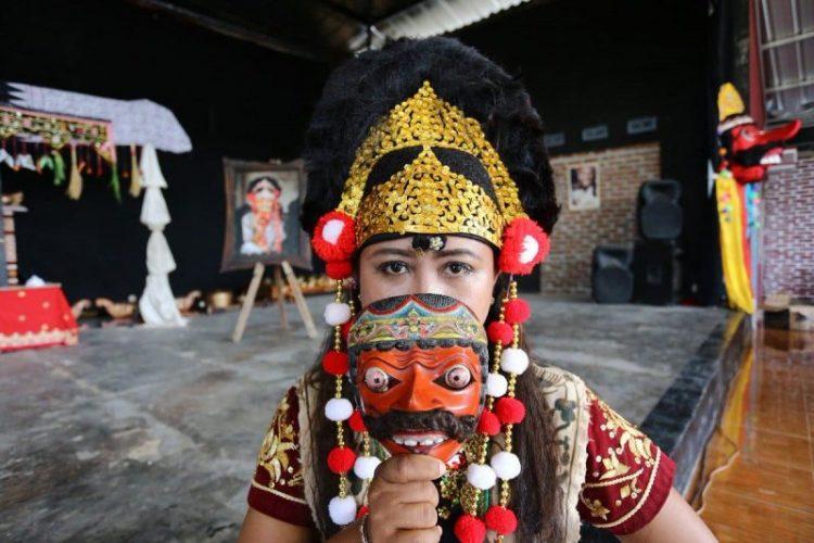 Perlengkapan dan aksesoris topeng Cirebon