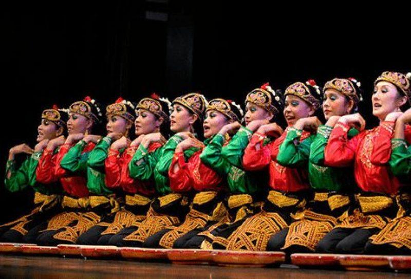 Gambar penari ratoh jaroe sedang tampil di panggung
