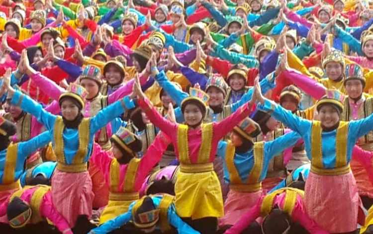 Gambar penari ratoh jaroe dalam jumlah banyak