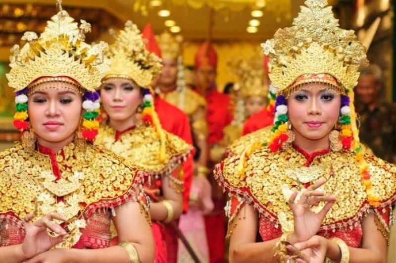 Gambar penari gending sriwijaya sedang menggunakan pakaian khasnya