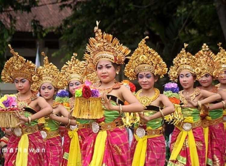 Foto penari pendet yang tetap menjaga kelestarian budaya Bali