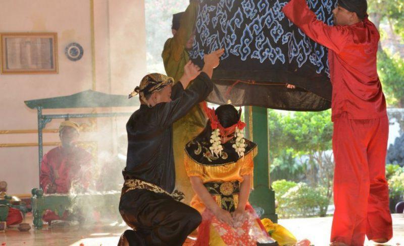 Gambar penari sintren Cirebon dimasukkan kurungan ayam