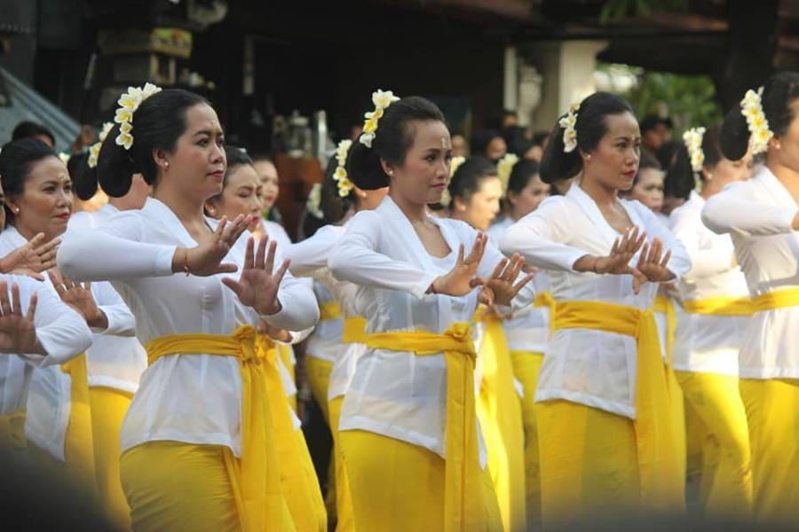 Tari sakral rejang renteng dari Bali