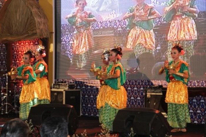 Gambar pertunjukan tari tradisional Sumbawa