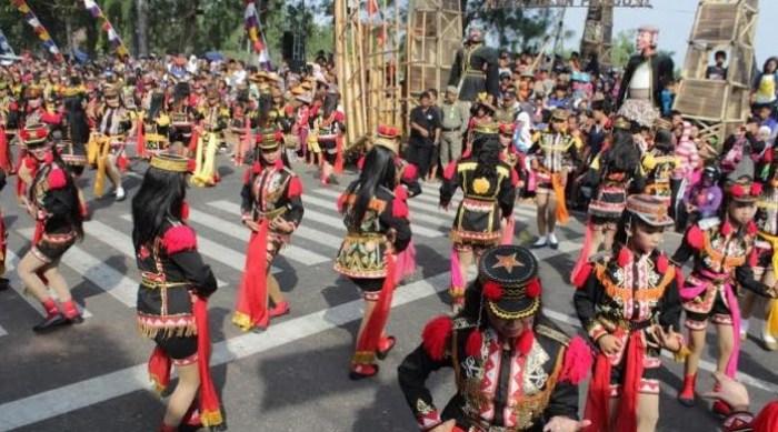Gambar dolalak dalam festival budaya