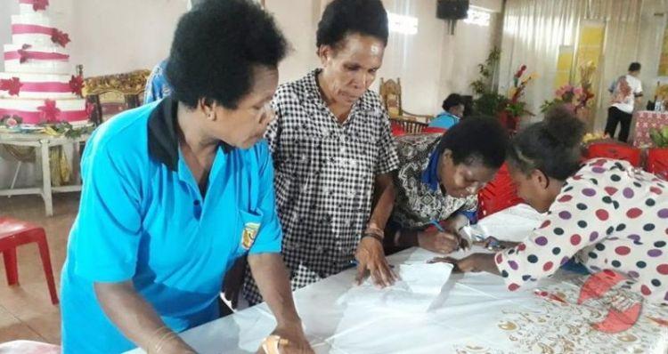 Gambar warga Papua sedang belajar membatik