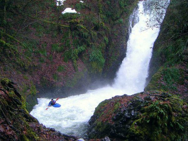 800px-Kayaker_at_Bridal_Veil_Falls_3