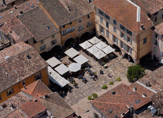 The main square in Valbonne vu du ciel