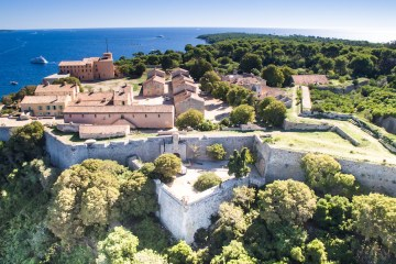 Le Fort Royal de Sainte-Marguerite (page 16) Cannes © Axis Drone Mairie de Cannes