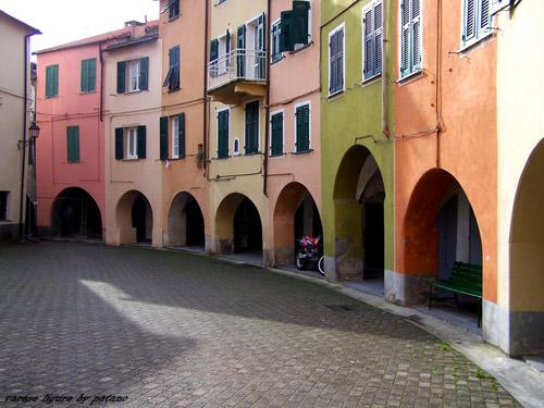 Varese Ligure borgo interno con case colorate