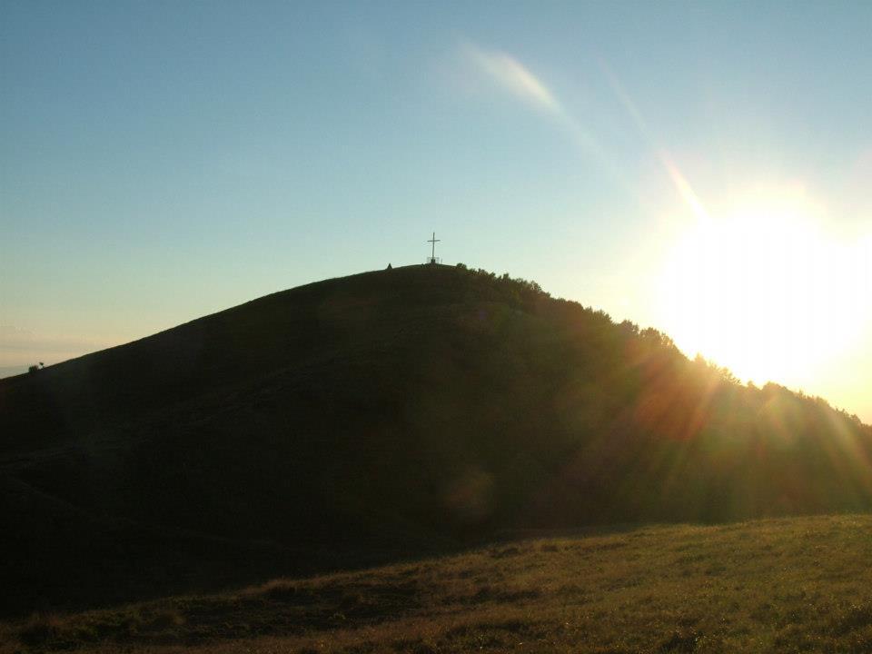Parco dell'Antola vista su collina con croce
