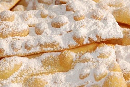 Tipiche bugie liguri di carnevale con zucchero a velo