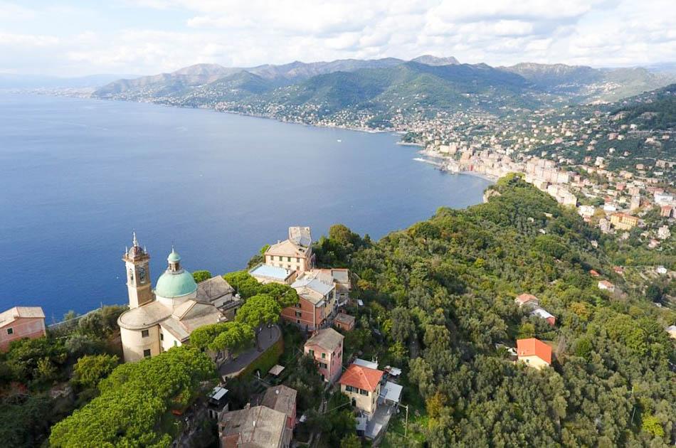 San Rocco di Camogli vista dall alto con panorama sulla costa da Camogli a Genova
