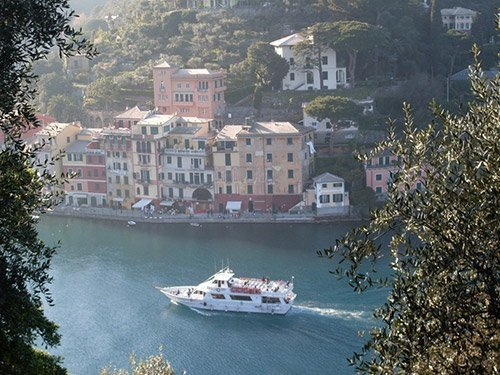 Barca che passa per Portofino