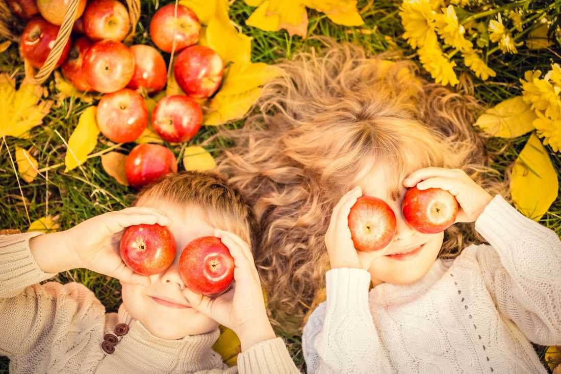 bambini con frutta d'autunno mele
