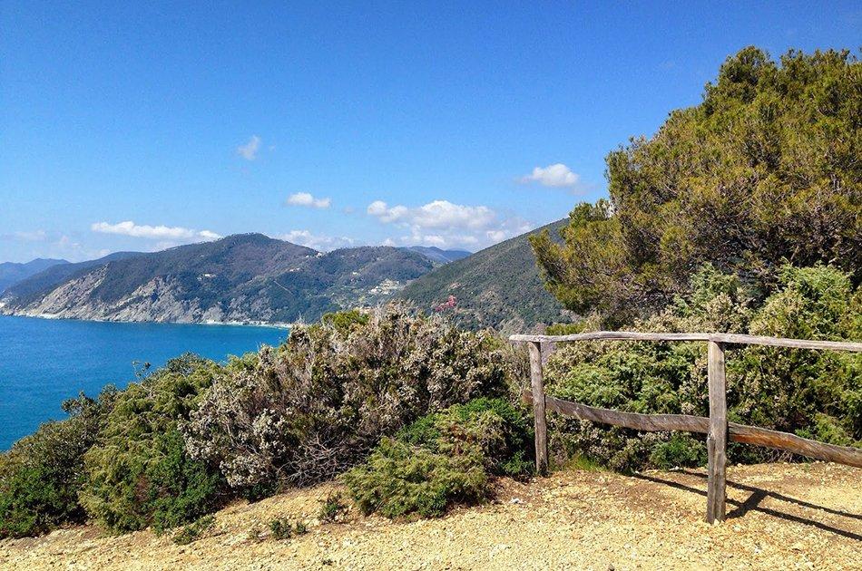 Framura vista panoramica da sentiero nel verde