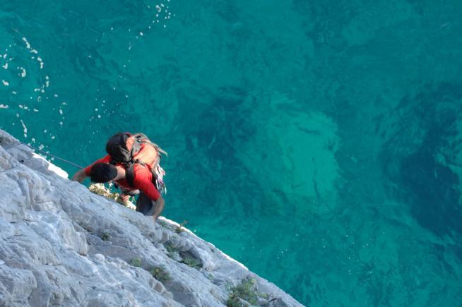 Finale Ligure scogliera da arrampicata sul mare