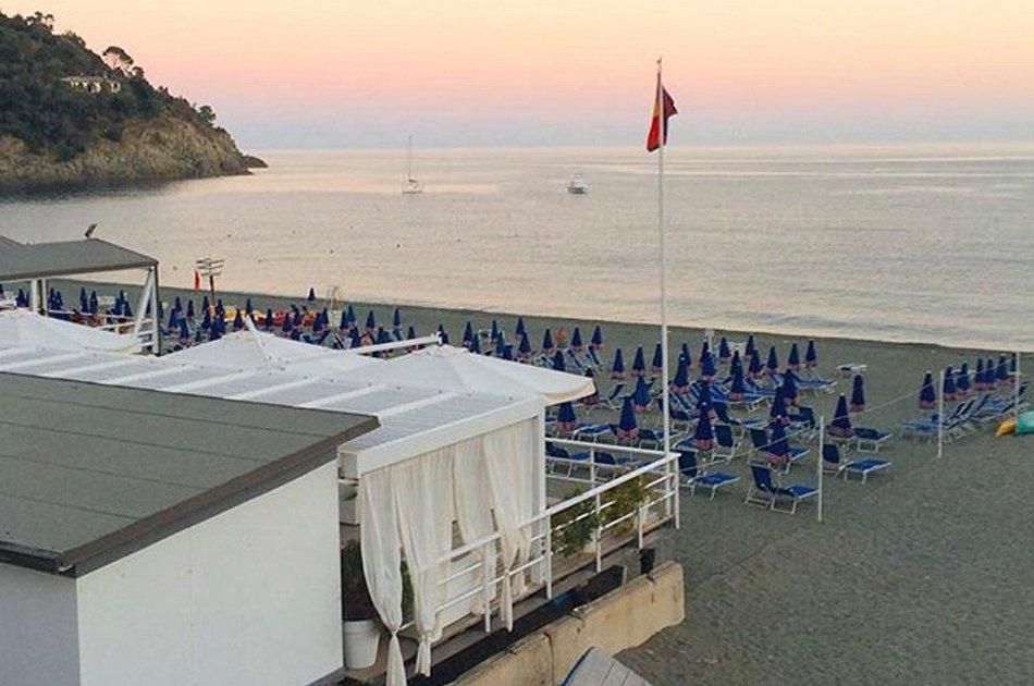 Bonassola spiaggia con i colori del tramonto