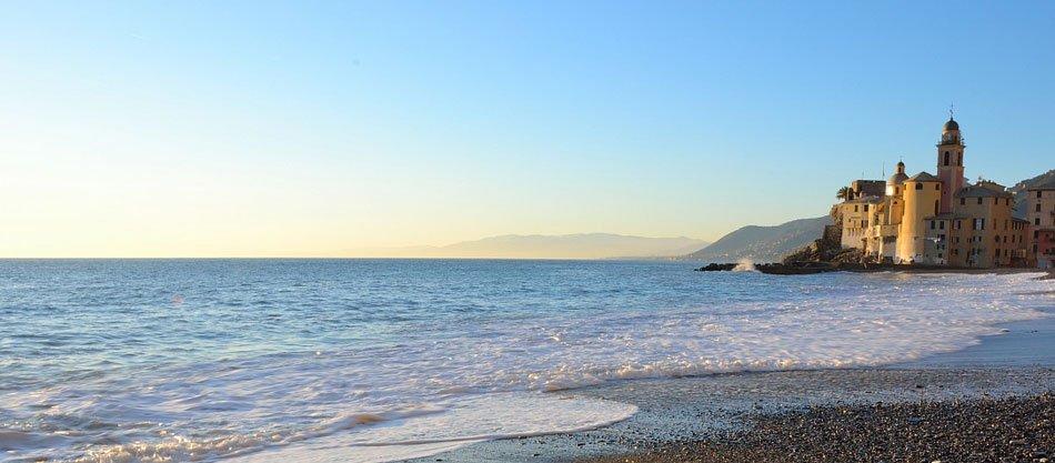 Camogli spiaggia con bandiera blu