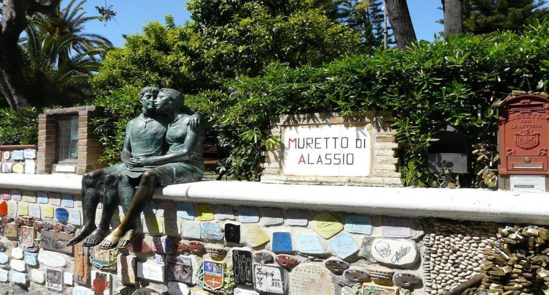Muretto di Alassio con statua dei due innamorati