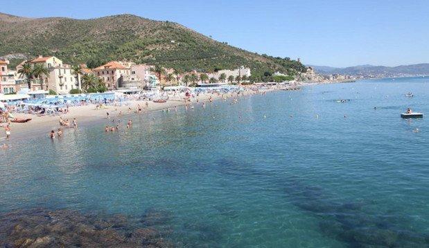 Ceriale spiaggia con mare azzurro cristallino