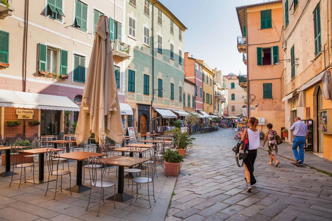 Finale Ligure strada dentro la città con casette colorate ai lati