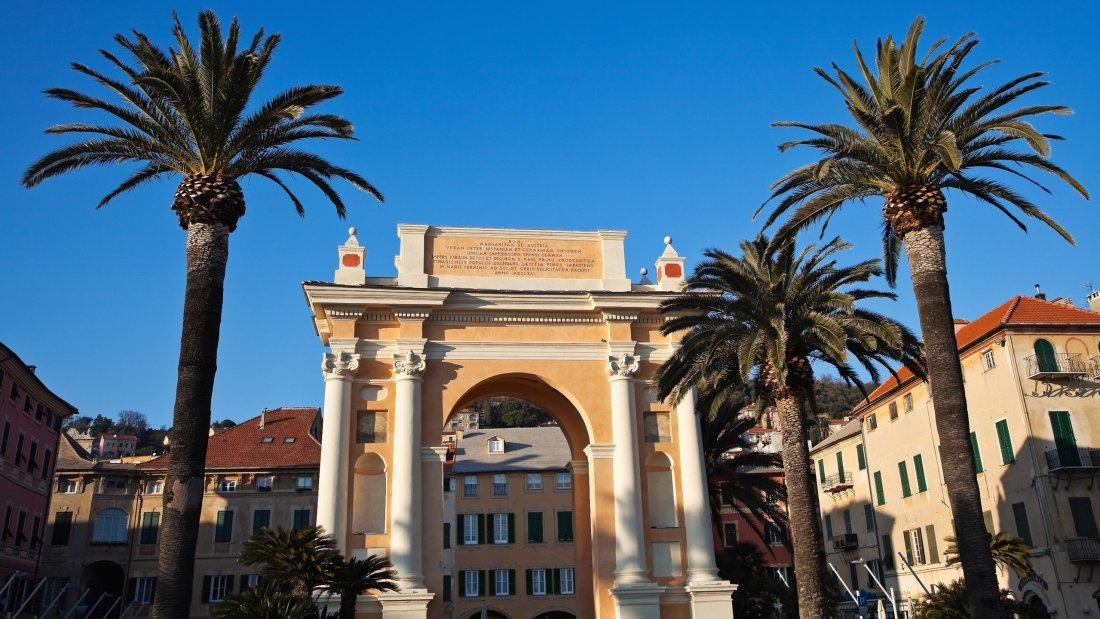 Finale Ligure arco con palme e cielo azzurro
