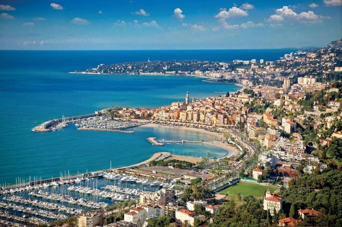 Sanremo vista dall'alto con il porto in primo piano