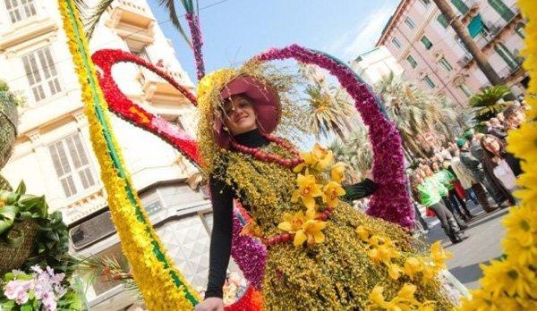 Sanremo donna con vestito di fiori
