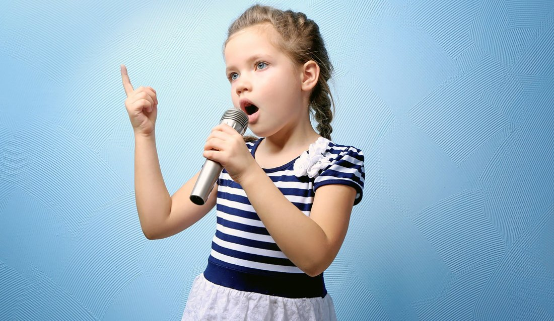 Bambina che canta