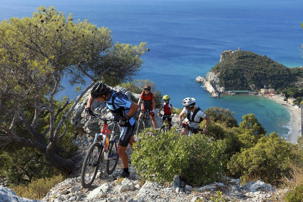 Altopiano delle Manie ciclisti con mare sullo sfondo