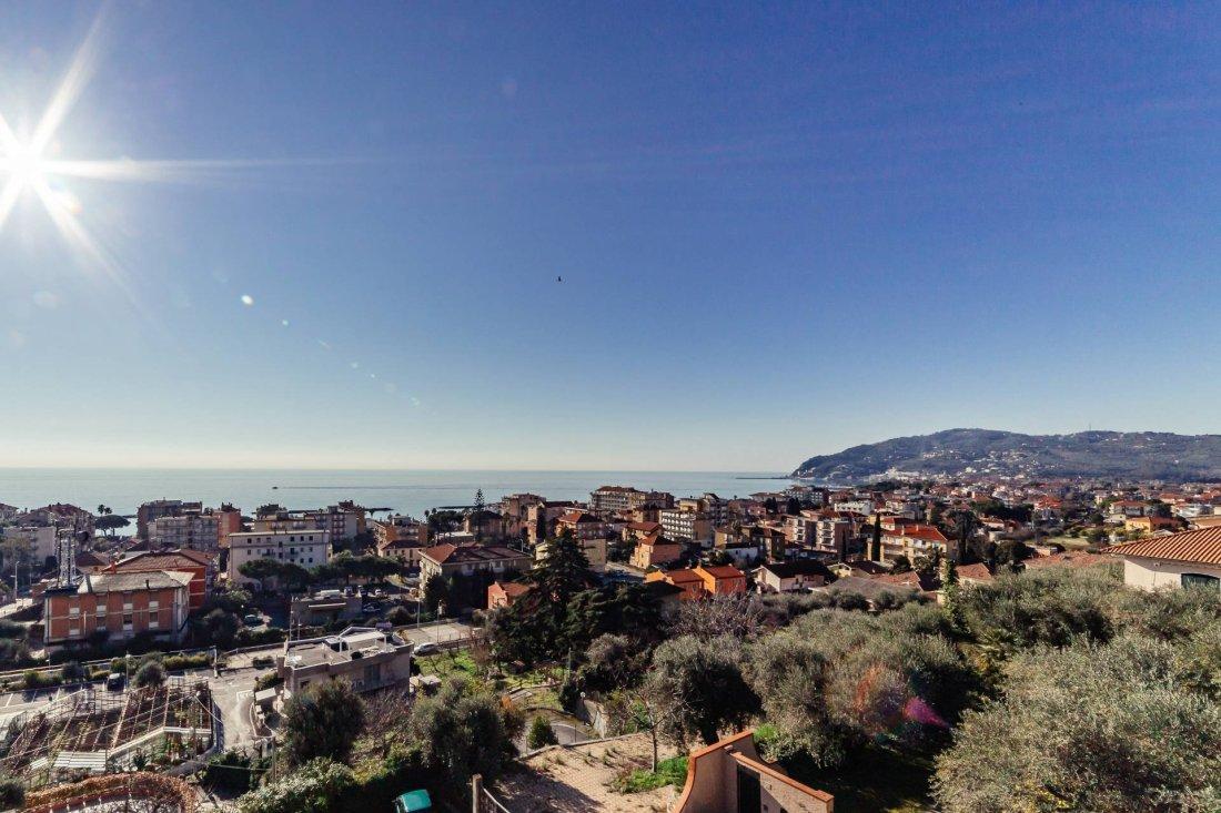 San Bartolomeo al Marevista sulla città con mare sullo sfondo