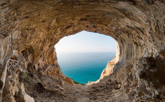 Tra Noli e Varigotti dettaglio della grotta dei Falsari