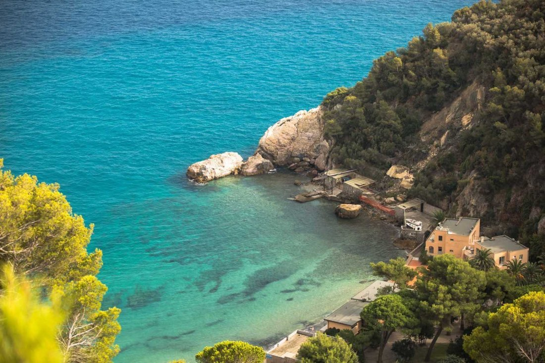 Varigotti spiaggia vista dall'alto sull'acqua cristallina