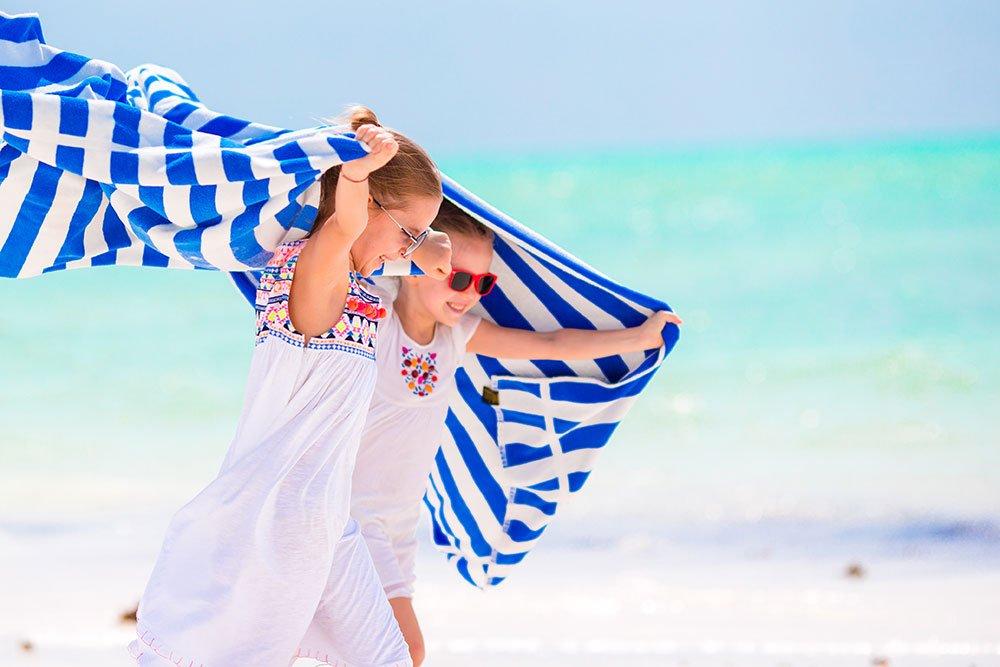 Bambine-sulla-Spiaggia---Agosto