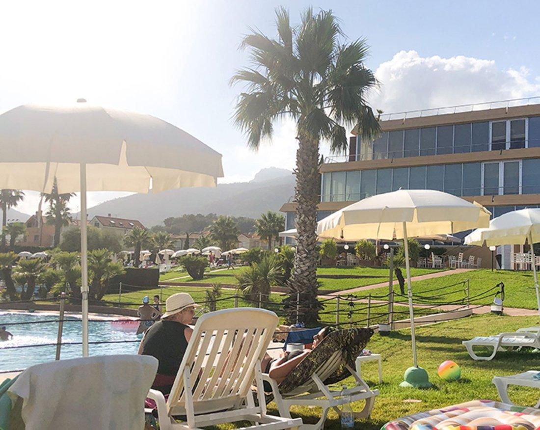Lettini-a-bordo-piscina-loano-2-village-2