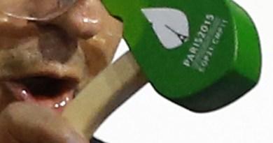 Fabius batte l'approvazione dell'Accordo di Parigi. Anche il martello ripoduce il logo della conferenzataglio martello