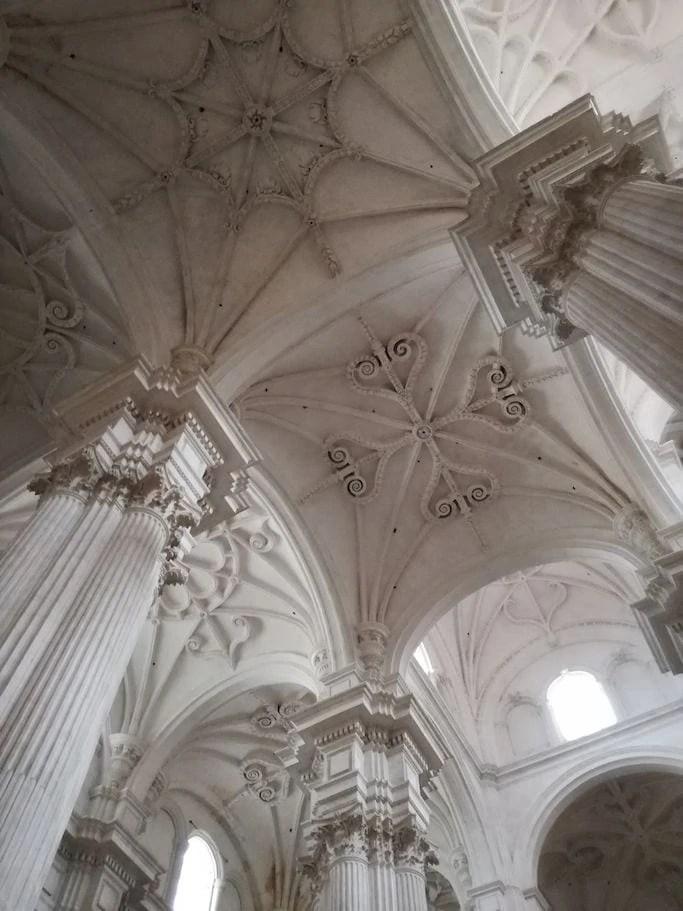 interno colonne bianche cattedrale granada