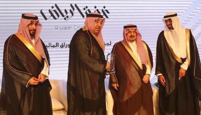 سمو أمير الرياض يسلم تكريم STC لقطاع الأعمال