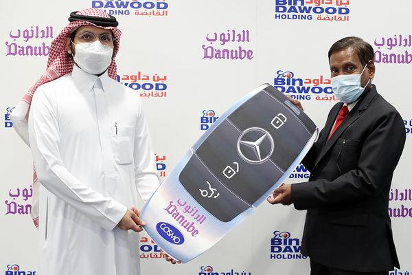الحظ يحالف أحد عملاء الدانوب ليفوز بسيارة جديدة في المسابقة بجدة