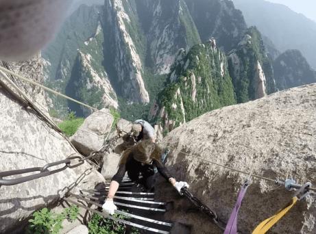 """Ascension du mont Huashan et du """"Plank Road"""", une via ferrata considérée comme le chemin le plus dangereux au monde"""