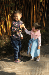 People-park-chengdu-sister-and-brother