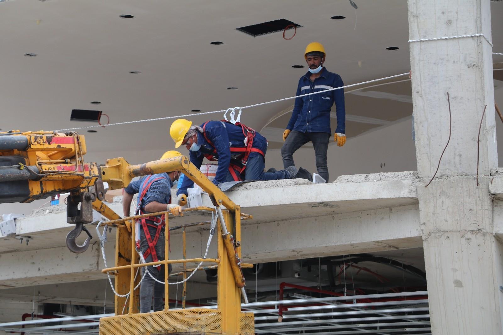 Dünyanın en büyük çay bardağı inşaatında çalışan işçiler bir rekora imza atmanın gururunu yaşıyor