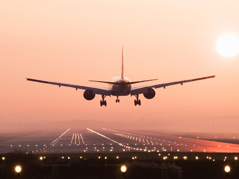 plane-landing-cr-getty-sb10062851ai-001